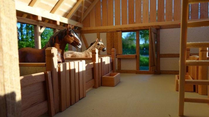 Im Mittelgang des Reitstalls- Pferdestall für Schleich