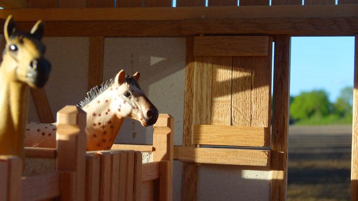 Pferde im Maßstab von Schleich im Pferdestall