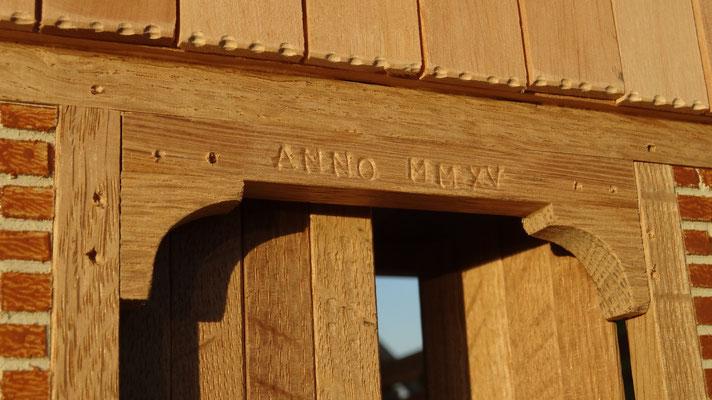 Die Jahreszahl der Fertigstellung über dem Eingangsportal- Pferdestall für Schleich