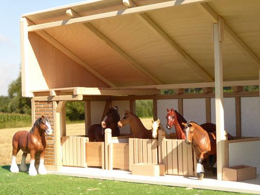 Viele Schleich Pferde im Stall