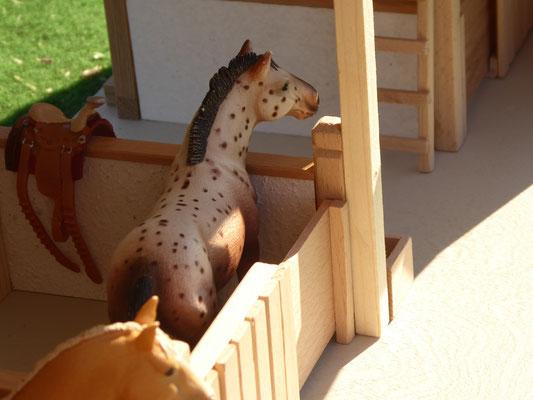 Pferde von Schleich im Holzstall