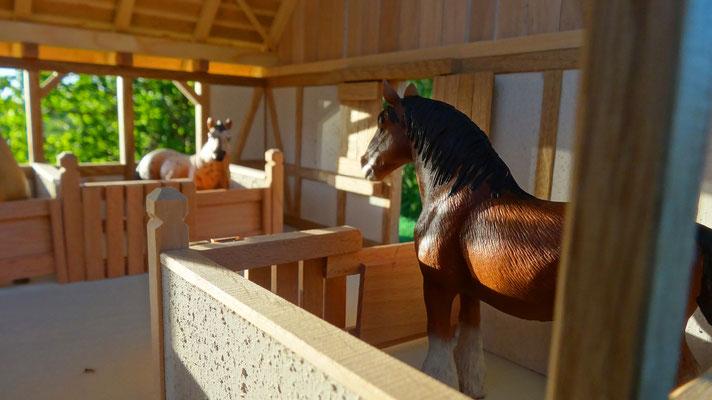 Geräumige Pferdeboxen - Pferdestall für Schleich