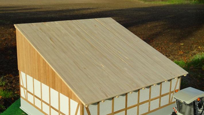 Das Dach ist mit Fichtenholzbrettern gedeckt- Im Maßstab von Bruder und Schleich