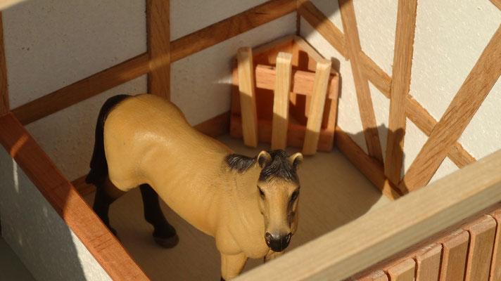 Eine Heuraufe in jeder Pferde Box- Pferdestall für Schleich