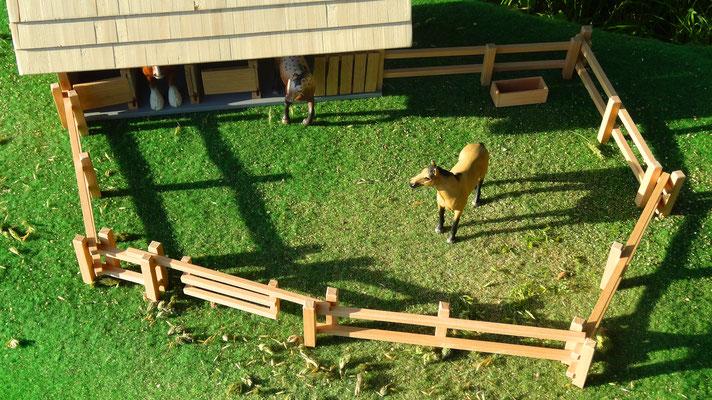 Als Koppel vor der Remise. Das Holzzaun Set für Modell Pferde- Im Maßstab von Schleichpferden