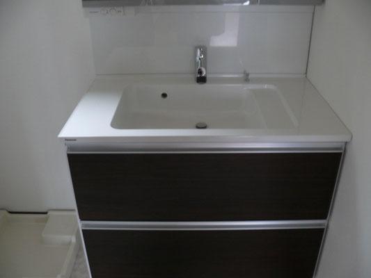 スライド式の引き出し付き洗面で奥のものまで楽に出し入れできます。