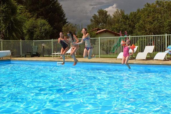 Les jeunes s'éclatent-piscine chauffée