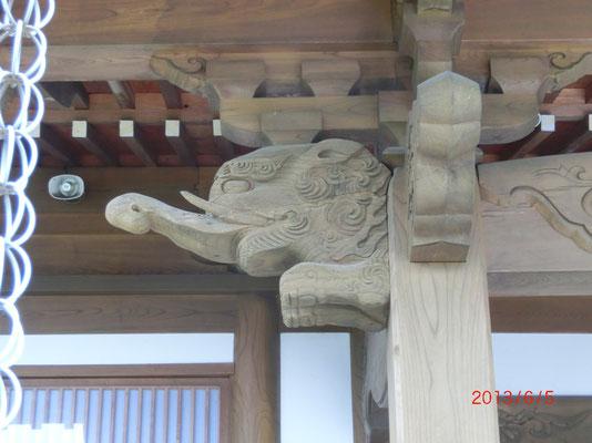 柱飾りの獏(ばく)。 鼻は象、目は犀、尾は牛、脚は虎 人の悪夢を食うと言われている。