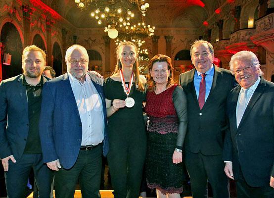 Foto PLOHE  Gratulation zur Sportlerin des Jahres vl Rober und Günther Renner, Sofia Polcanova, Karin Hörzing, Erich Haider, Hans Friedinger