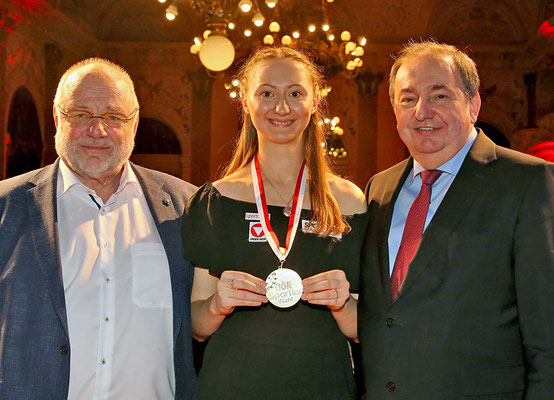 Foto PLOHE LINZ AG CEO Erich Haider und Günther Renner gratulieren Sofia Polcanova