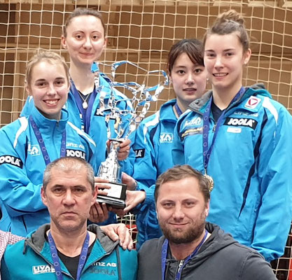 Superliga Sieger 2019 vs Szekszard vorne Zsolt Harczi, Robert Renner Lind Bergström, Sofia Polcanova, Yiu Hamamoto, Karlone Mischek