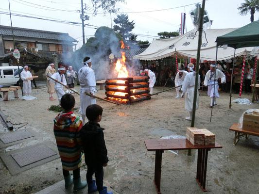 子供たちもじっと火に見入っていました