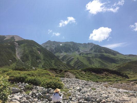 一番底の雷鳥沢から雄山を望む