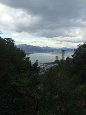 厳島神社やフェリー乗り場が見えます