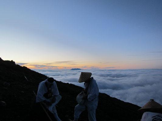 奥に御嶽山を望む 御前が峰への道中