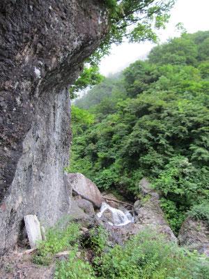四合目清滝の大岩と屏風沢