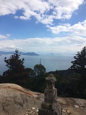 頂上付近の宝塔