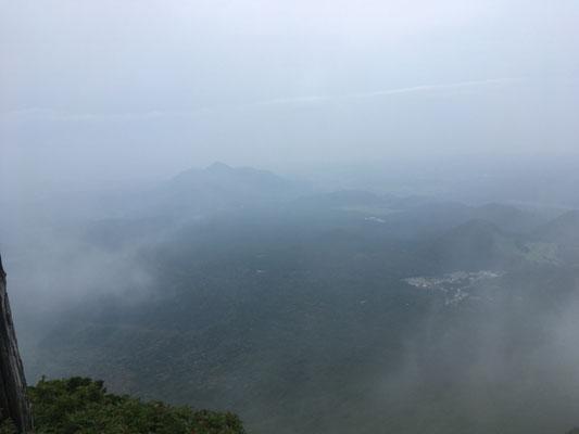 雲の切れ間から麓が臨めました