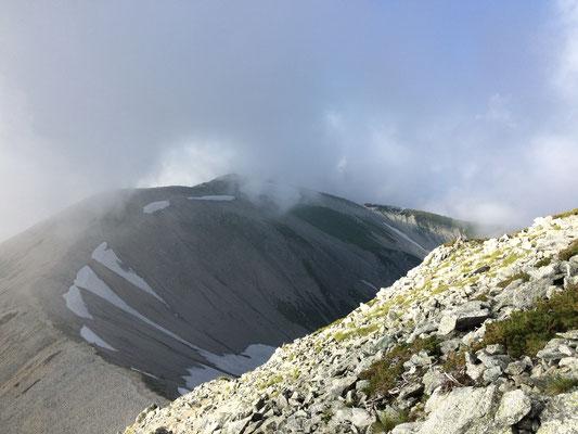 急坂から真砂岳方面を望む