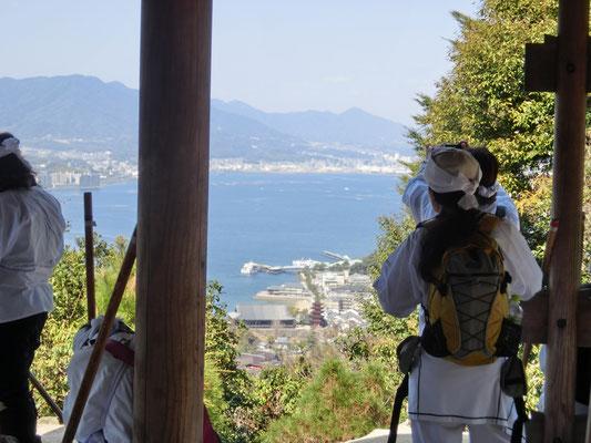 登山道からフェリー乗り場や千畳閣が見えます