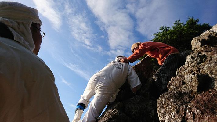 平等岩を回る総務