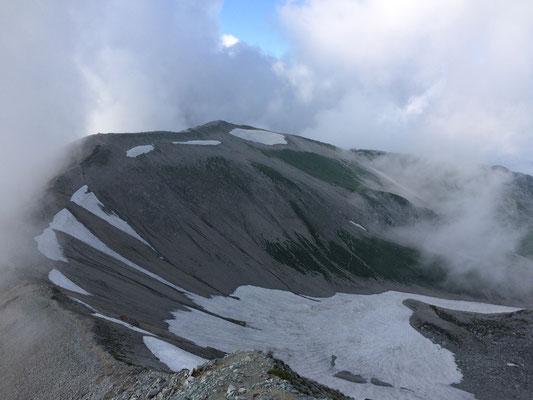 真砂岳への稜線と雪渓