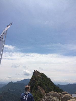 弥山頂上から天狗岳を望む