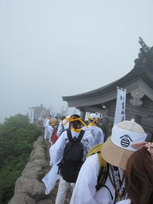 御山開き中で頂上は大混雑でした
