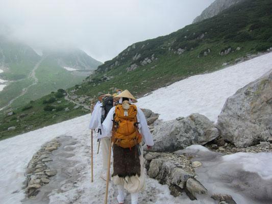 雪渓を渡ります