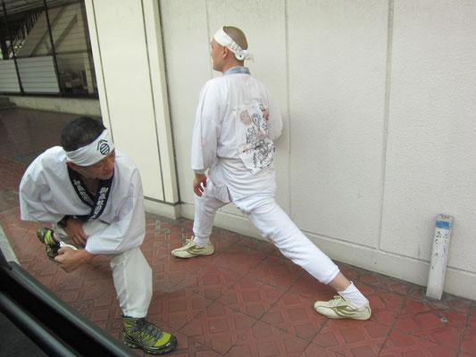 富士宮駅前でストレッチのI氏とO氏