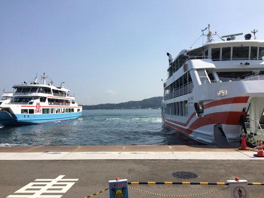 右の船がJR、左は松代汽船