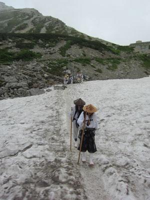 雪渓は滑って難儀しました