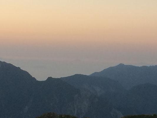 六日早朝の富士山をかすかに望む