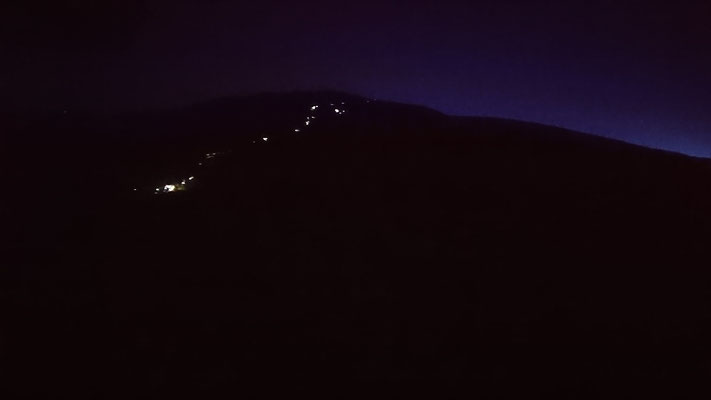 御来光を頂上で見ようと続く列