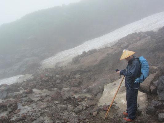 一口水にて 火山灰が足元に残っています