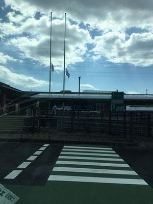 宮島SAにて 半旗になっています