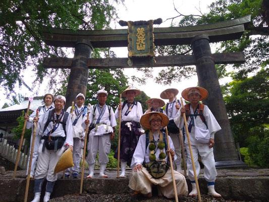銅鳥居にて記念撮影