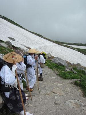 道中も雪渓を渡ります