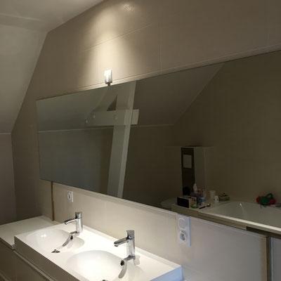 Miroir sur mesure salle de bain 6 mm joint poli collé sur mur