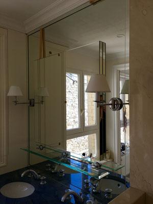 Miroir sur mesure salle de bain 6 mm joint poli avec perçage pour appliques et tablette