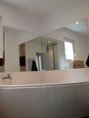 Miroir sur mesure de salle de bain épaisseur 6 mm joint poli collé sur mur