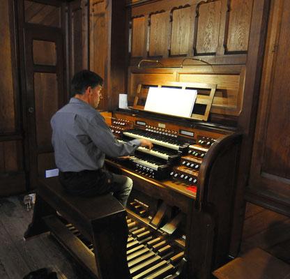 """Stefan Metzger-Frey an """"seiner"""" Orgel in St. Nicolai"""