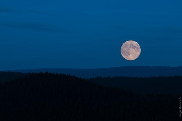 Acker: Mondaufgang über dem Acker