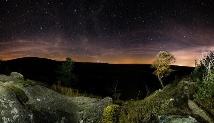 Sternenhimmel über dem Scharfenstein, Blick zum Brocken