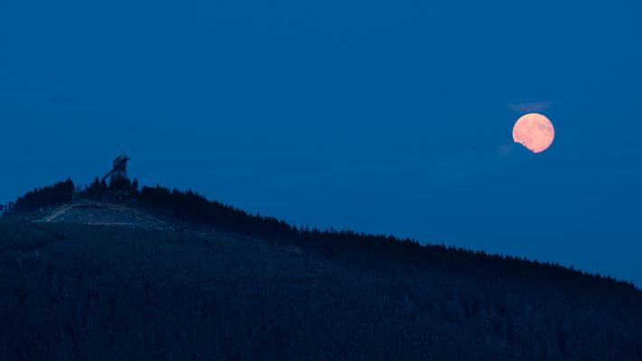 Mond und Sterne über dem Harz: Mondaufgang 2014 über dem Wurmberg