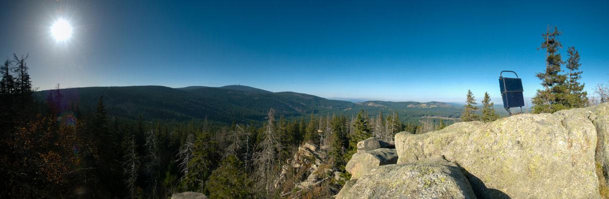 Berge, Felsen und Täler:  Blick von der Landmannsklippe zum Brocken
