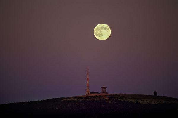 Mond und Sterne über dem Harz: Mondaufgang 2003 über dem Brocken_2