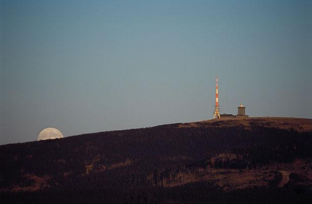 Mond und Sterne über dem Harz: Mondaufgang 2003 über dem Brocken_1