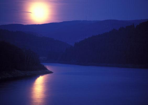 Mond und Sterne über dem Harz: Mondaufgang 1997 über der Sösetalsperre