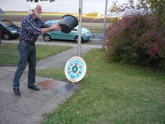 Begießen der Gemeinde-Bürgerscheibe